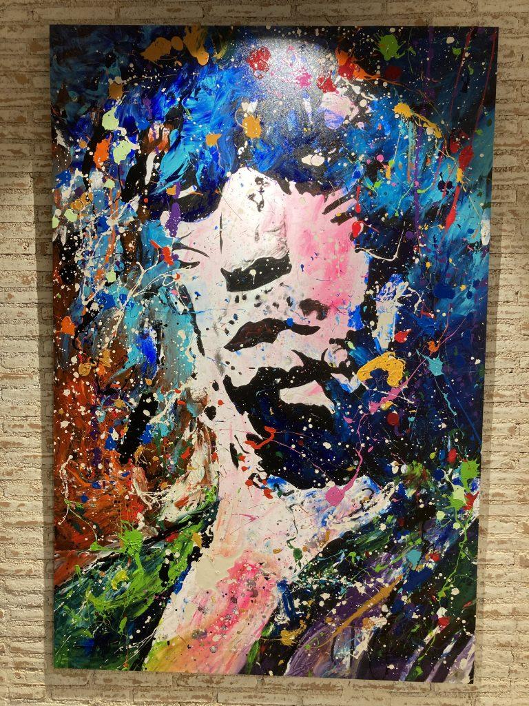 David Partida Montoya, nacido en Vitoria en un año de muchos cambios para España. Actualmente su obre cubre las paredes de LBK99 Las Cortes. Formatos magníficos que impactan por su colorido y la fuerza de y expresión de su brocha.